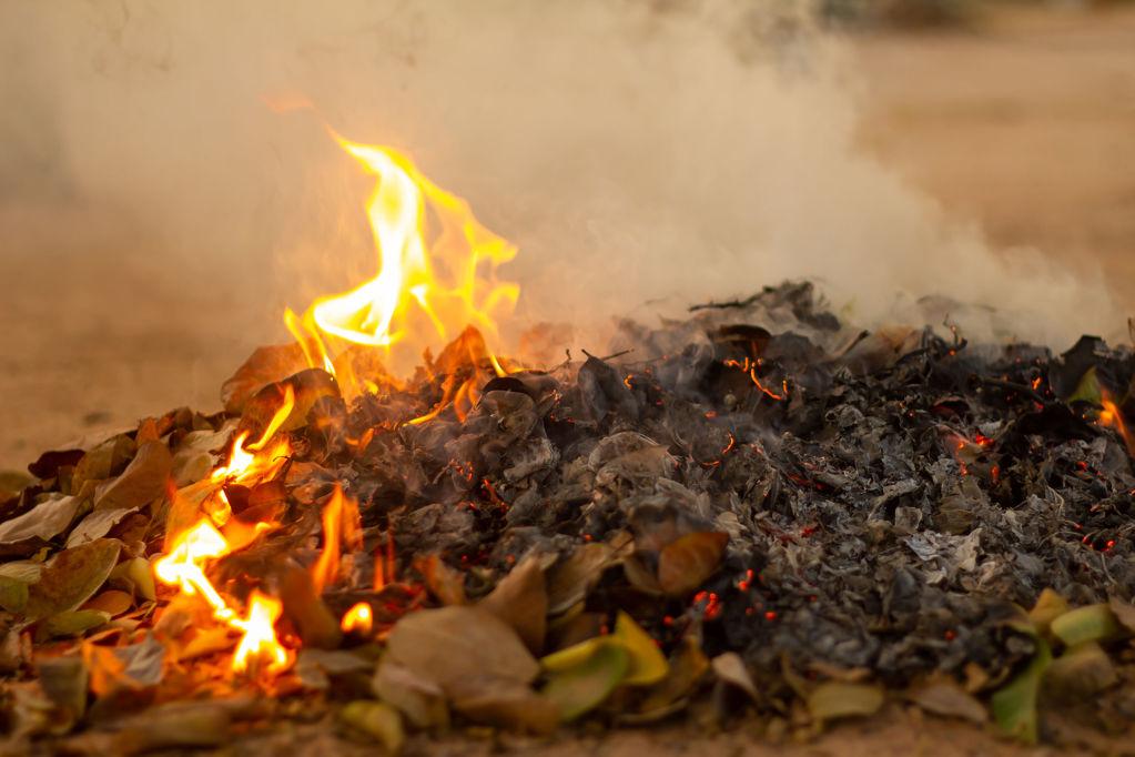 Fi del període de crema - 0df6a-bonfire-of-the-fallen-leaves-during-autumn.jpg
