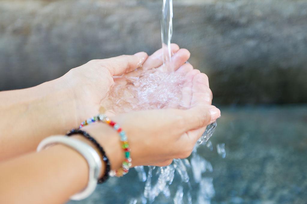 Infomació sobre el procés de l'aigua a Maçanet de la Selva - f2aa4-woman-s-hands-with-water-splash.jpg