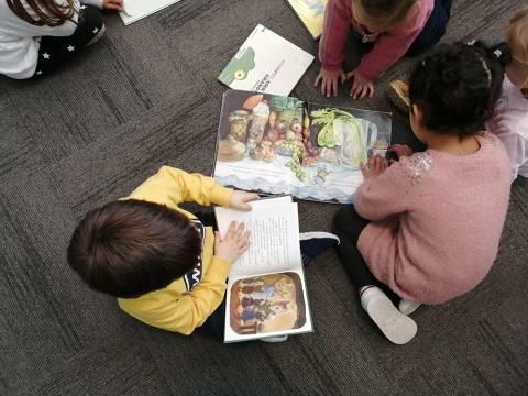 Es reprenen les visites escolars a la biblioteca municipal