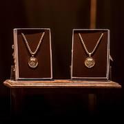 Entrega de la Medalla de la Vila a la Sra. Isabel Quellos i la Sra. Núria Gener. - 34ed6-medalla-3.jpg
